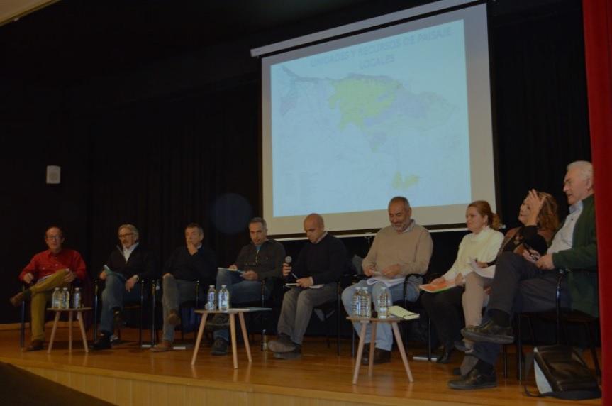 Los participantes recuerdan que las vías partirán en dos la zona protegida del PORN del Montgó El trazado del Tren de la Costa y la ubicación en La Pedrera de la futura estación intermodal